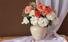 Roses blanches et roses, vase