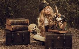Блондинка, микроскоп, череп, книги