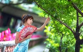 Chica joven china, ventilador, verano, cheongsam, árbol, hojas verdes