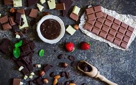 Шоколад, конфеты, миндаль, клубника