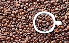 Кофе в зернах, чашка, вид сверху