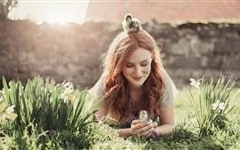 Garota e filhotes, flores