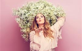 Chica, flores sombrero, beso volador