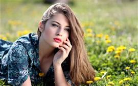 Chica de verano, cabello castaño, diente de león, flores amarillas