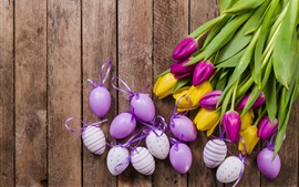 Желтые и фиолетовые тюльпаны, яйца, Пасха