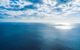 Mar azul, horizonte, navio, céu, nuvens