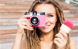 Garota de cabelo castanho usar câmera, sorvete