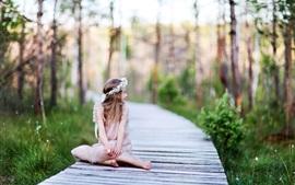 Menina bonito criança olhar para trás, grinalda, caminho de madeira, árvores