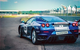 Vista traseira do carro esportivo azul Ferrari