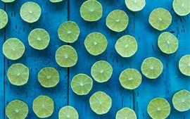 Limón verde, corte, fondo azul