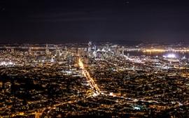 Vistas da cidade à noite, edifícios, casas, iluminação