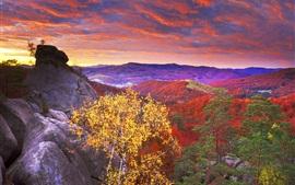Montañas rojas, árboles, cielo, nubes, puesta de sol, otoño