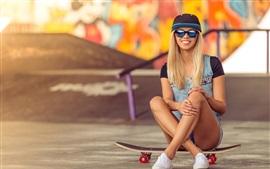 Sorria garota loira, óculos de sol, skate