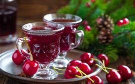 Dos tazas de jugo, cerezas rojas