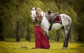 Белая лошадь, блондинка, улыбка