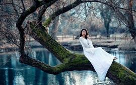 Белая юбка девушка, дерево, мох, пруд