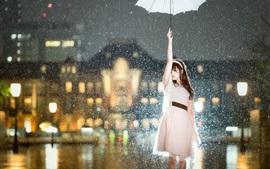 Азиатская девушка в дождь, зонтик, ночь в городе, огни, блики