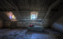 Sótão, janela, poeira