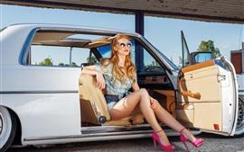 Блондинка, солнцезащитные очки, автомобиль