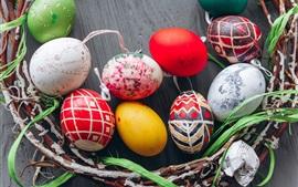 Coloridos huevos de Pascua, ramitas, vacaciones