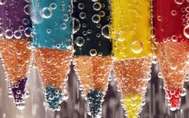 Lápices de colores, burbujas, agua