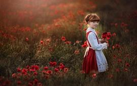 Симпатичная маленькая девочка, веснушки, красные цветы мака