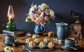 Нарциссы, тюльпаны, лампа, кофе, кексы, книги