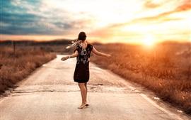 Garota da dança, estrada, pôr do sol