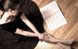 Menina e livro de música