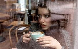 Fille boire du café, fenêtre