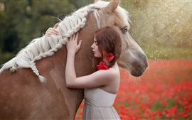 Девушка обнимает лошадь, дождь