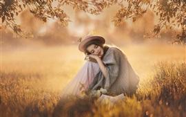 Девочка отдыхает, цветы вишни, трава, весна