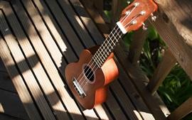 Гитара, деревянный забор, солнечный свет
