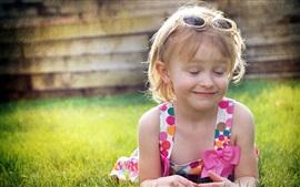 Маленькая девочка, короткие волосы, настроение, трава, лето