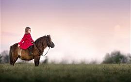 Красное пальто маленькая девочка, верхом на пони