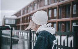 Aperçu fond d'écran Cheveux courts fille vue arrière, chapeau, manteau, ville
