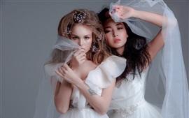预览壁纸 两个漂亮的女孩,白色的裙子,新娘