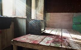 Aperçu fond d'écran Table en bois, vieille télé, fenêtre, rayons de soleil