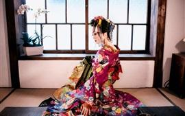 Hermosa chica japonesa, vista trasera, kimono, ventana, sala