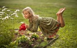 Levitação menina bonitinha, camomila, regando flores