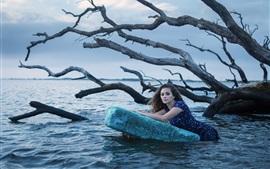 Девушка в речной воде, сухое дерево