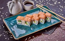 Comida japonesa, rollos de arroz, sésamo, salmón