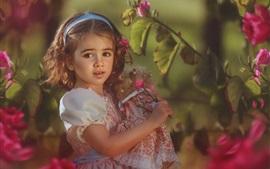 Hermosa niña de pelo corto, flores, muñeca