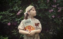 Aperçu fond d'écran Petite fille russe, journal