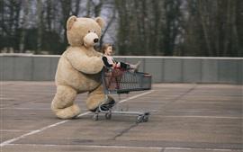 Urso de pelúcia e menina, carrinho de criança