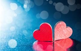 Dois corações de amor vermelho, fundo azul, luz de fundo