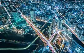 Bela vista noturna da cidade, arranha-céus, estradas, luzes