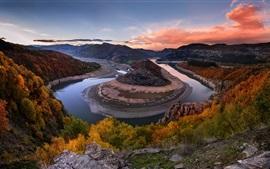 屈曲川、岩、木、丘、秋