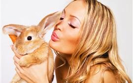 Menina loira e coelho