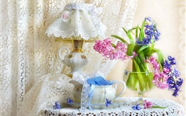 Flores de jacinto azul e rosa, lâmpada, cortina